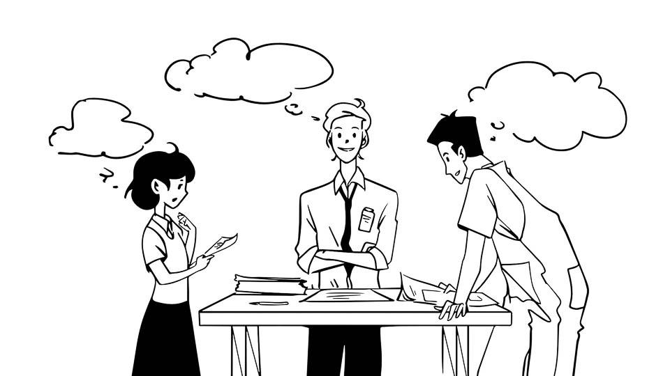 Burza mózgów wzespole trzech pracowników. Praca zespołowa. Dialog przy dużym stole, naktórymjest mnóstwo papierów. Kobieta trzyma wręce dokument igo uważnie czyta. Mężczyzna pośrodku uśmiecha się zzałożonymi rękami. Obok ich kolega pochyla się nadinnymi materiałami.